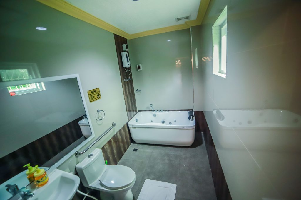 FAMILY DELUXE ROOM W JACUZZI CR PIC 2